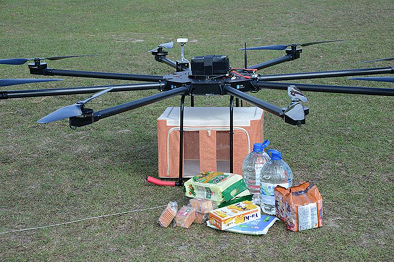 >與市場上同型無人機相比,工研院商用無人機具備高負載高續航的優勢,大型無人機採用油電混合動力系統,載重可達30~50公斤、續航45分至1小時,能協助物流、緊急救難物資運送。圖中的中型商用無人機可負載30公斤,能緊急運送水和食物給需要者。