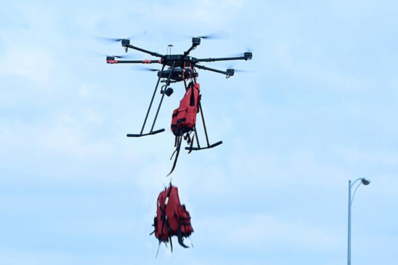 工研院無人機也可進行消防救災任務,此圖示範無人機拋投救生衣給受困民眾。