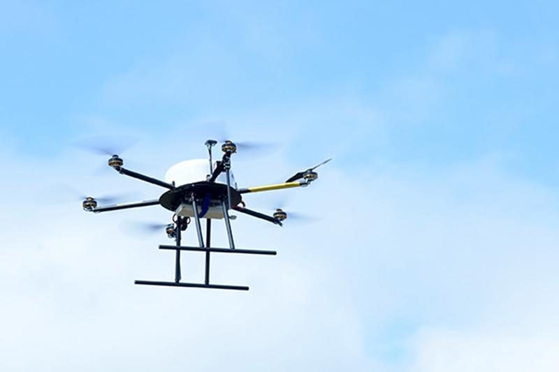 工研院開發的「馬達失效保護」軟體,目前已導入日商enRoute的無人機中,透過此軟體,無人機在飛行時,儘管碰到馬達故障,也能迅速回穩、安全降落,提升飛行安全,減少機體墜毀的財損。此圖中的金色軸為顯示馬達失效仍能安全飛行。