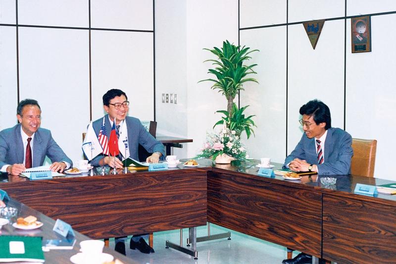 1990年,英特爾創辦人葛洛夫(Andy Grove)(左)訪台,杜書伍與聯強董事長苗豐強(中)及杜書伍(右)相談甚歡。(照片由聯強國際集團提供)