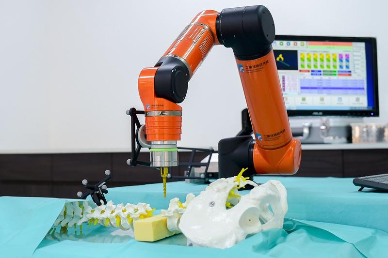 工研院整合醫療導航系統與機械手臂,協助醫師精準執行手術,減少誤差。
