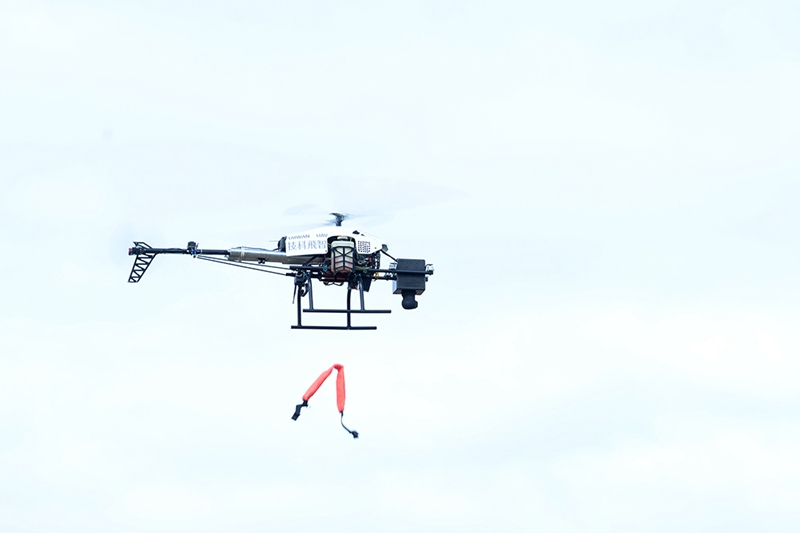 工研院合作夥伴智飛科技今日試飛的無人直升機可裝載五公斤陸軍救生與偵蒐設備,此圖示範無人直升機運輸緊急救援物資給受困民眾。