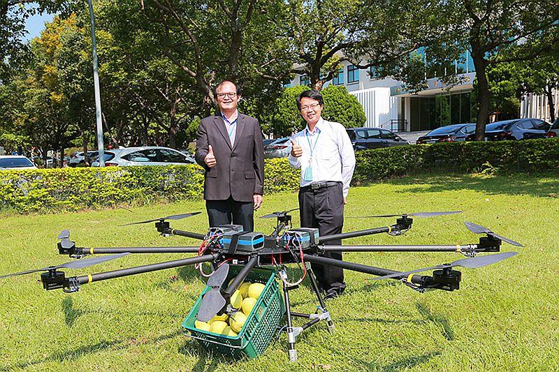 工研院高負載高續航無人機近期入圍杜拜國際無人機競賽,是亞洲唯一入圍的研發機構,榮獲首輪競賽獎金6萬美元贊助。左起為工研院機械所胡竹生所長和工研院機械所彭文陽組長。__20020118460298__.jpg