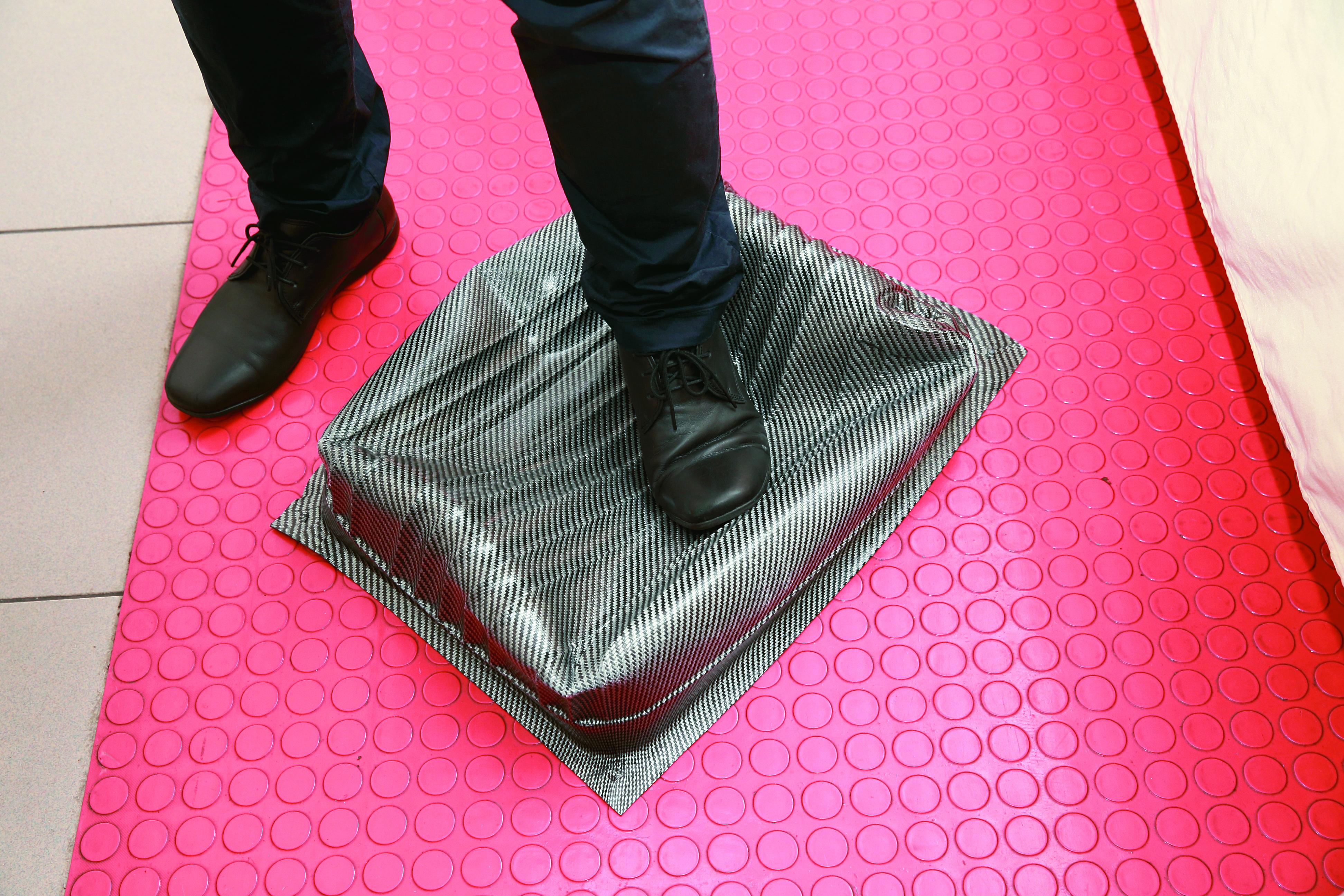 利用熱塑性碳纖維複合材料技術,製成質地輕、剛性強且重壓不會脆裂的行李箱。