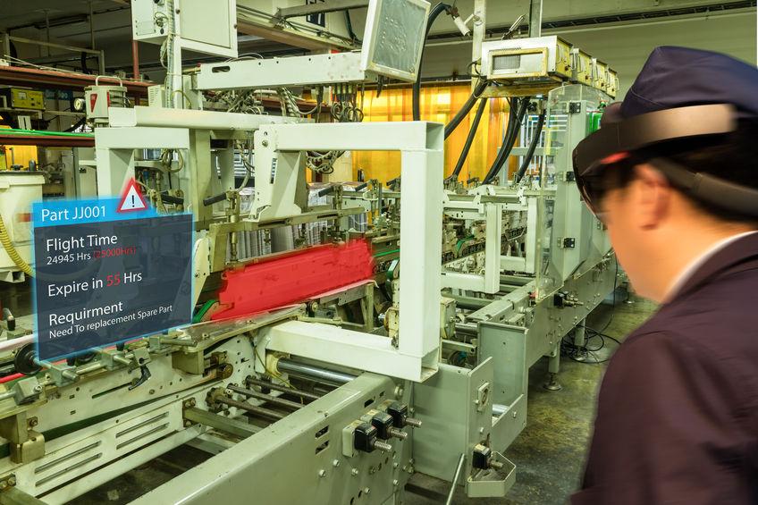 全球-疫情促進無接觸經濟興起,設備大廠運用混合實境,取代技術人員進行機器的維修與組裝,充分展現數位科技在跨境管理上的優勢。(圖/123RF)