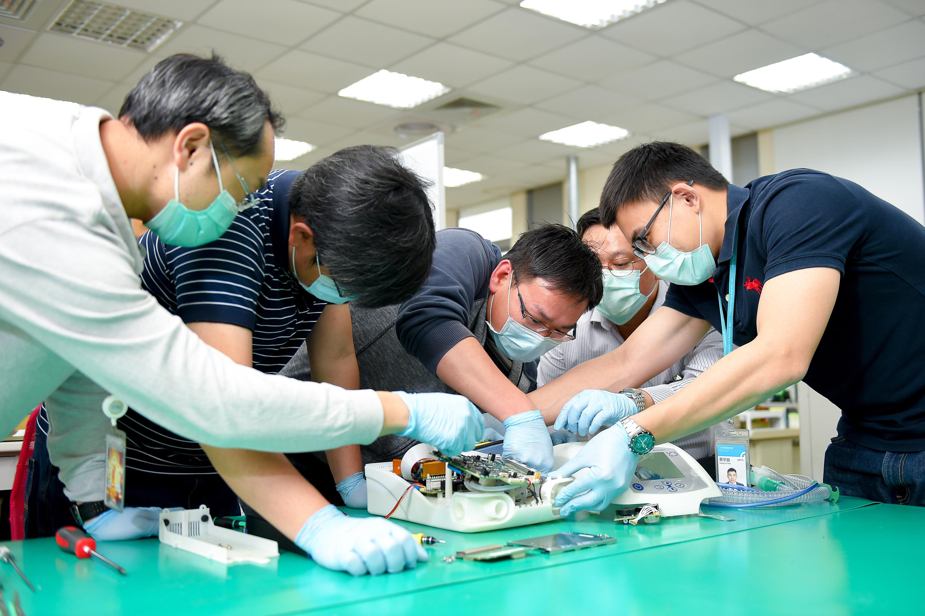 工研院在17天內從無到有,組裝成功臺灣第一台醫療級呼吸器原型機,讓臺灣從倚賴進口,升級到擁有自主生產能力。