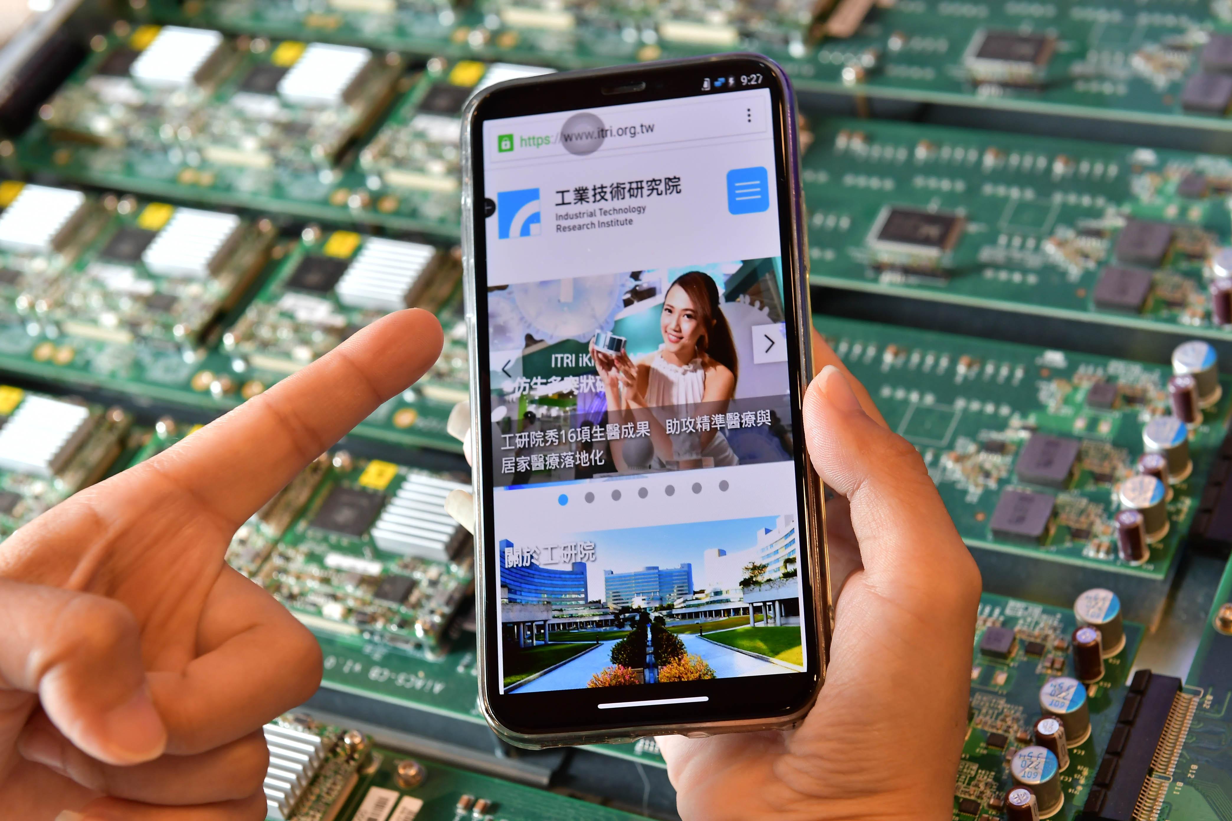 5G大頻寬、低延遲的特性,讓應用服務即使不在手機裡,也能透過雲端串流使用。因應雲端與資安需求,工研院與遠傳合作「虛擬行動桌面服務(VMI)」技術,資料不落地,安全有保障。