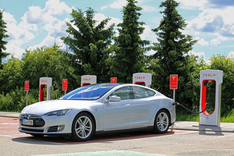 Tesla的策略不止販賣車體本身,不僅銷售硬體,也推動生態系加值服務,未來不光是電動車賣錢,所衍生的自動駕駛及其他服務,也可收費。(圖/123RF)